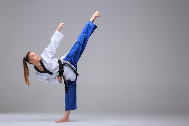 Karate meisje met zwarte band Gratis Foto