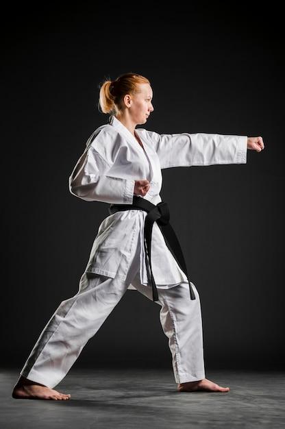 Karate meisje oefenen zijaanzicht Gratis Foto
