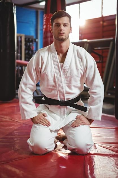Karatespeler die karatehouding uitvoeren Gratis Foto