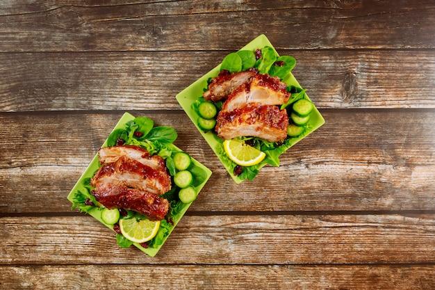 Karbonade gebakken met bbq saus, komkommer en spinazie. Premium Foto