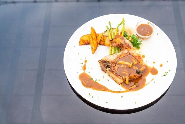 Karbonade steak met jus saus Premium Foto