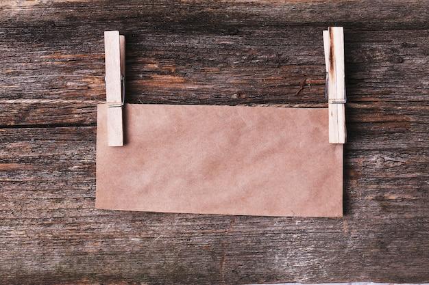 Kartonkader op houten textuur Gratis Foto