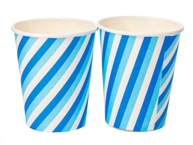 Kartonnen bekers versierd met blauwe lijnen patroon geïsoleerd op een witte achtergrond Premium Foto