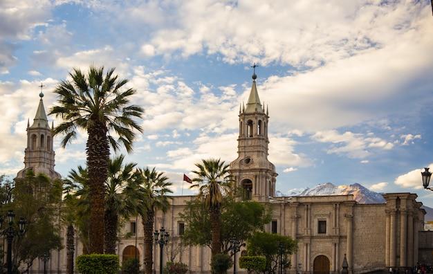 Kathedraal en vulkaan in arequipa, peru Premium Foto