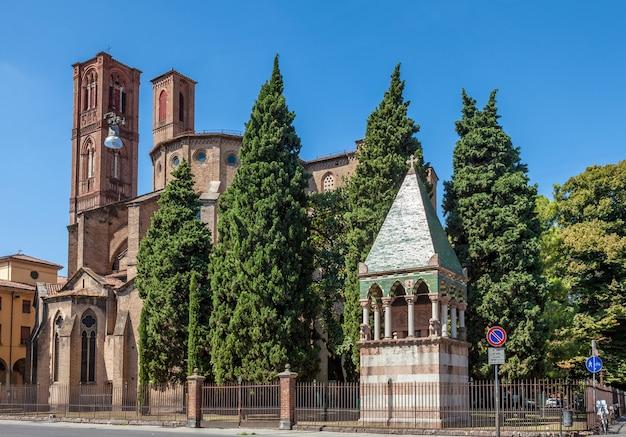 Kathedraal in romaanse stijl in bologna, italië. europese middeleeuwse architectuur Premium Foto