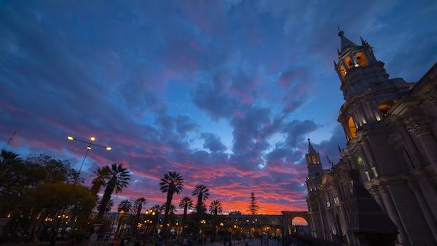 Kathedraal van arequipa, peru, prachtige hemel in de schemering Premium Foto