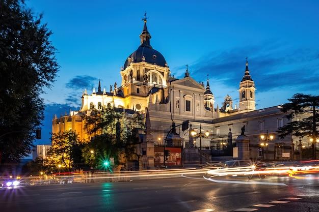 Kathedraal van saint mary in het centrum van madrid in de nacht Premium Foto