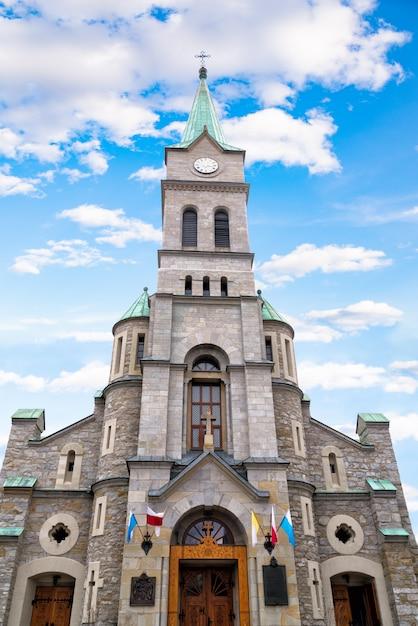 Katholieke heilige familiekerk in krupowki-straat in zakopane, polen Premium Foto
