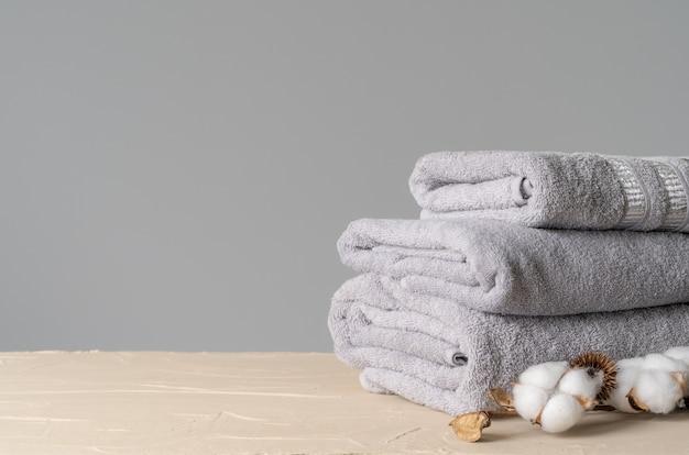 Katoenen zachte handdoeken met katoenen bloemen Premium Foto