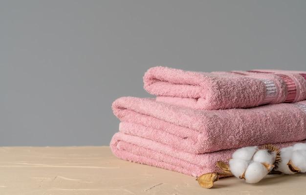 Katoenen zachte handdoeken vooraanzicht, kopie ruimte Premium Foto