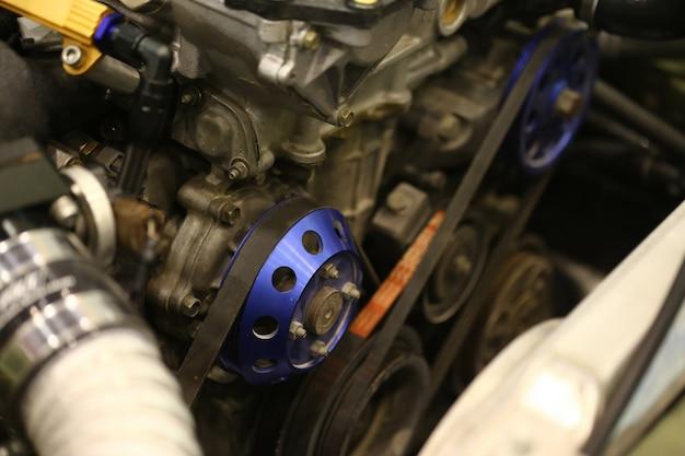 Katrol en riem van motor van een auto Premium Foto