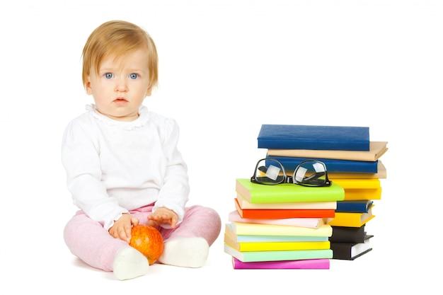 Kaukasisch babymeisje met stapel boeken die op wit worden geïsoleerd Premium Foto