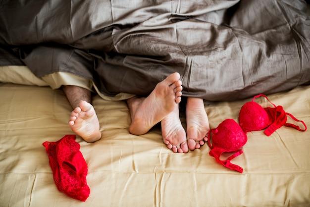 Kaukasisch paar die op het concept van het bed samen geslacht liggen Premium Foto