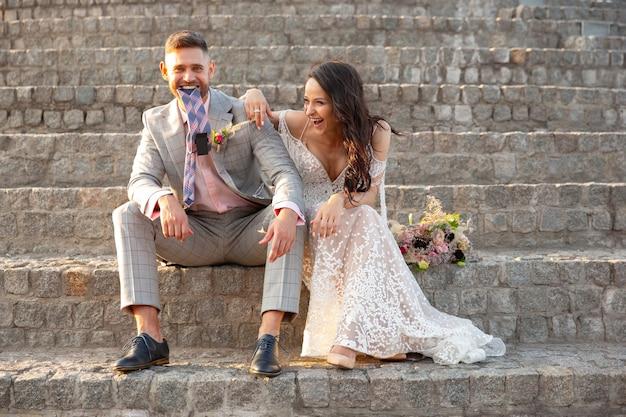 Kaukasisch romantisch jong koppel dat huwelijk in stad viert. Gratis Foto
