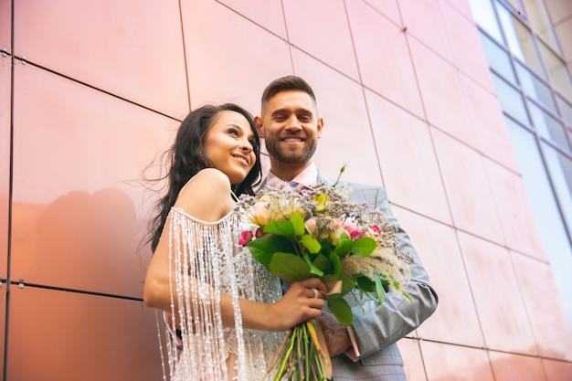 Kaukasisch romantisch jong stel dat hun huwelijk in stad viert. Gratis Foto
