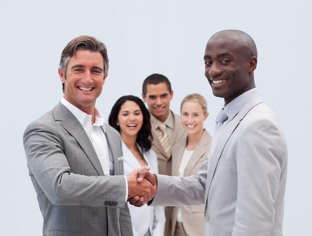 Kaukasische en afro-amerikaanse zakenlieden handen schudden Premium Foto