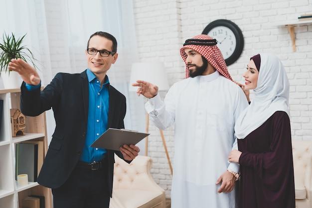 Kaukasische hypotheekadviseur rich saudi clients. Premium Foto