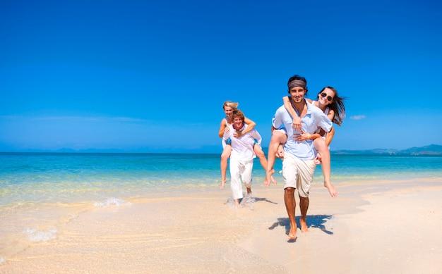 Kaukasische paren op het strand Premium Foto
