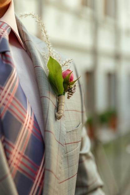 Kaukasische romantische jonge bruidegom die huwelijk in stad viert. Gratis Foto