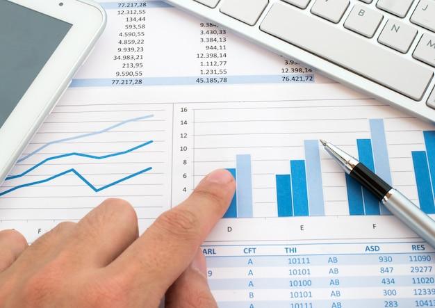 Kayboard over financiële rapporten Premium Foto