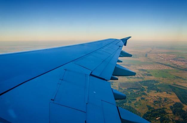 Kazachse steppe onder de vleugels van het vliegtuig Premium Foto