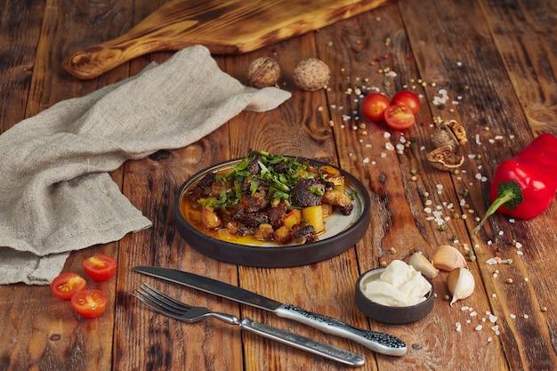 Kazan kebab - gebakken vlees en aardappelen. centraal-aziatische keuken. Premium Foto