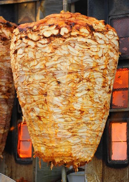 Kebab op zijn speciale bbq-bakplaat Premium Foto