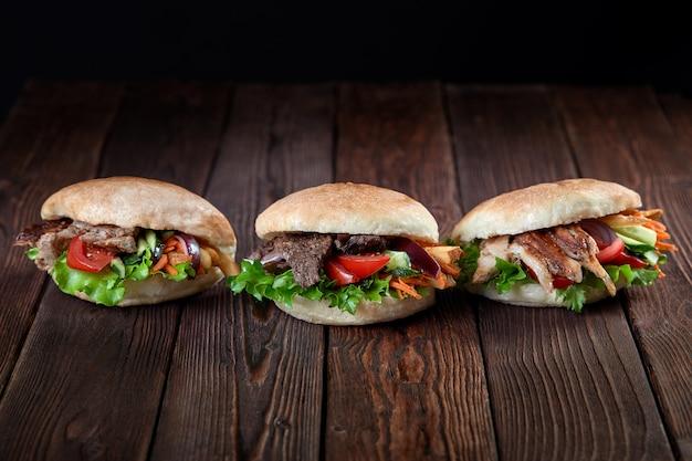Kebab sandwich op houten achtergrond Premium Foto