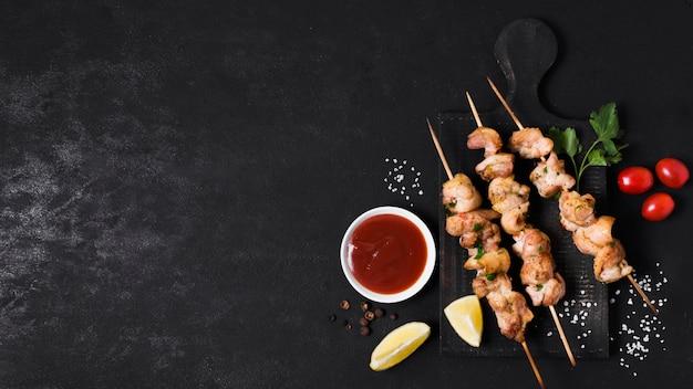 Kebab van gekookt vlees en groenten met ketchupsaus Premium Foto