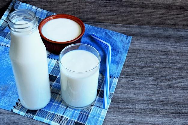 Kefir. gefermenteerde zuivelproducten. probiotica. wit gefermenteerde producten. Premium Foto