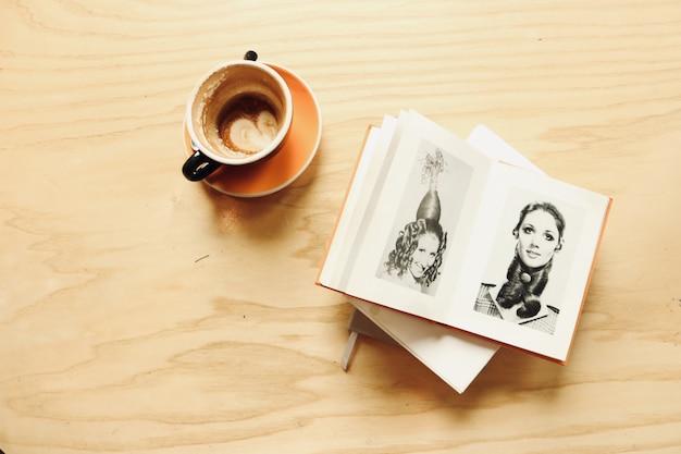 Keramische beker met album Gratis Foto