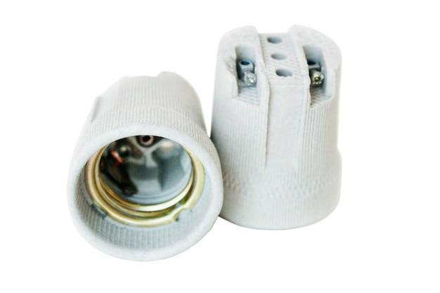 Keramische houders voor gloeilampen op wit wordt geïsoleerd Premium Foto
