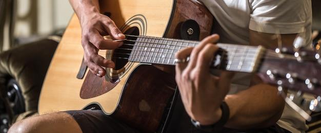 Kerel die de akoestische gitaar speelt Gratis Foto