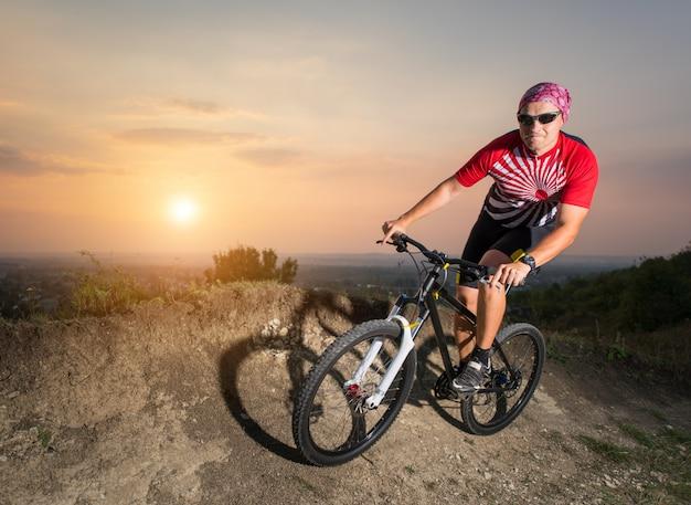 Kerel die op bergfiets berijden op sleep Premium Foto