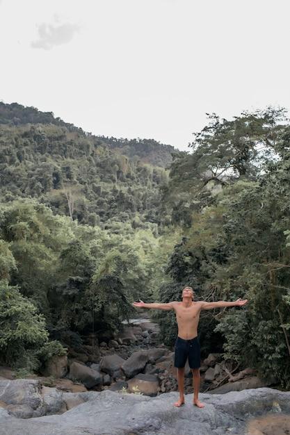 Kerel die zich voordeed op een rots Gratis Foto
