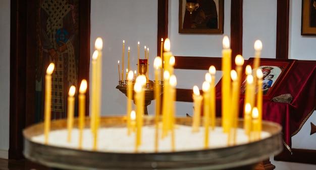 Kerk altaar kaars kerk huwelijk ceremonie doopsel Premium Foto