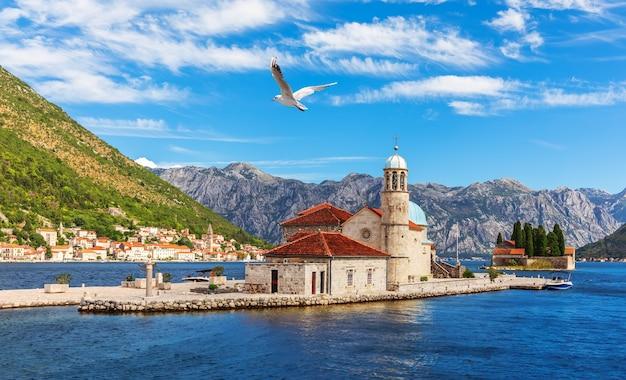 Kerk van onze-lieve-vrouw van de rotsen en het eiland saint george, baai van kotor in de buurt van perast, montenegro. Premium Foto