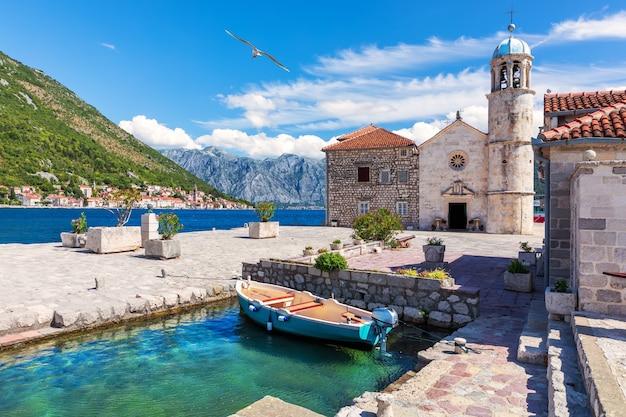 Kerk van onze lieve vrouw van de rotsen in de baai van kotor in de buurt van perast, montenegro. Premium Foto