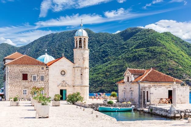 Kerk van onze lieve vrouw van de rotsen in de buurt van perast, kotor bay, montenegro. Premium Foto