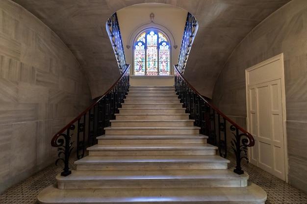 Kerkraam vooraan de trap Premium Foto