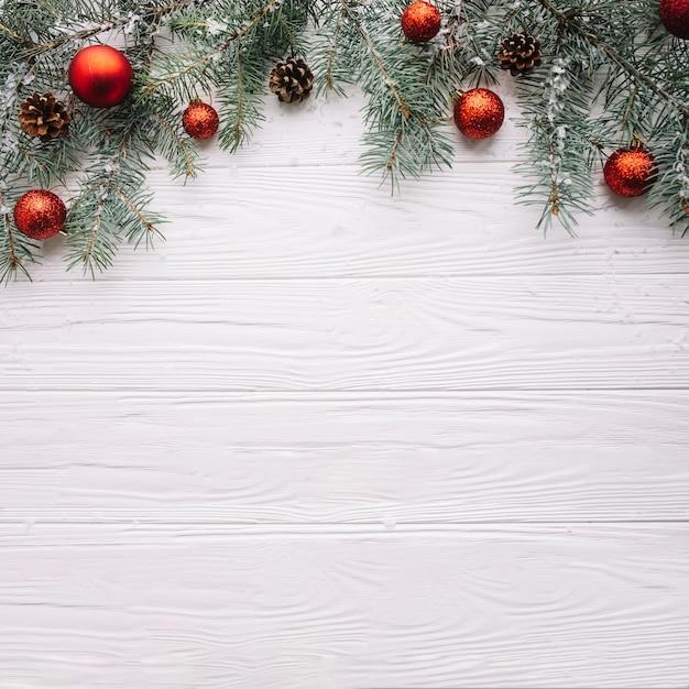 Kerst achtergrond met ballen en ruimte op bodem Gratis Foto