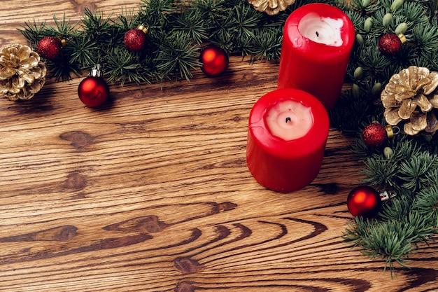 Kerst achtergrond met decoraties op bruin houten bord Premium Foto