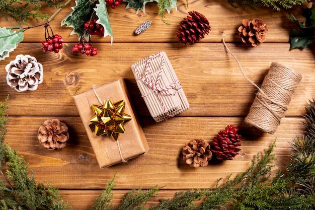 Kerst achtergrond met kleine cadeautjes Gratis Foto
