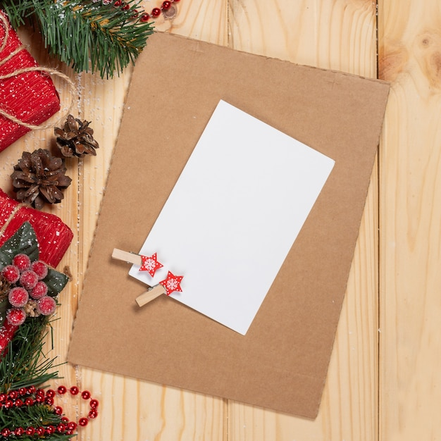 Kerst achtergrond met vakantie decoratie en kaart, rode bessen, fir branch en geschenken bovenaanzicht Premium Foto