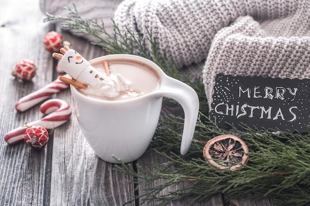 Kerst cacao concept met marshmallows op een houten achtergrond in een gezellige feestelijke sfeer Gratis Foto