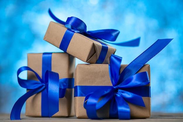 Kerst cadeau dozen tegen blauwe bokeh Premium Foto