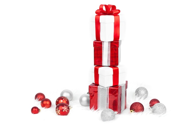 Kerst cadeau dozen toren met kerstballen Premium Foto