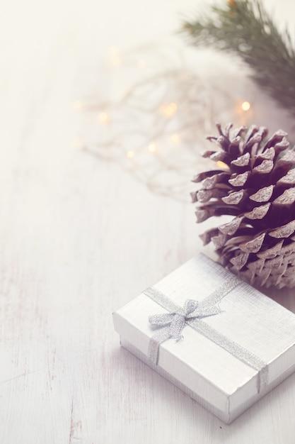 Kerst cadeau op witte houten achtergrond Premium Foto