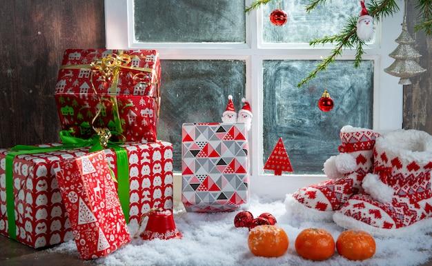 Kerst concept met slippers, sinaasappels en geschenken Premium Foto