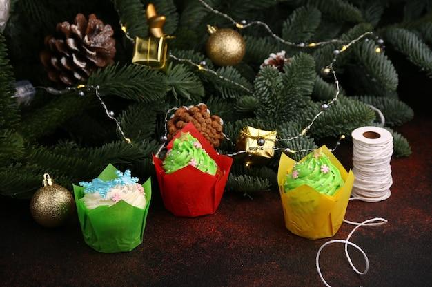 Kerst cupcakes - chocoladetaart met room en kerstversiering. Premium Foto